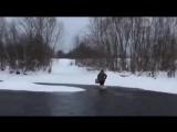 Обычный день в Вологодской области. Старушка переходит реку вброд, чтобы сходить за хлебом в магазин