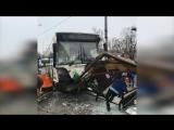 Автобус сбил людей у метро