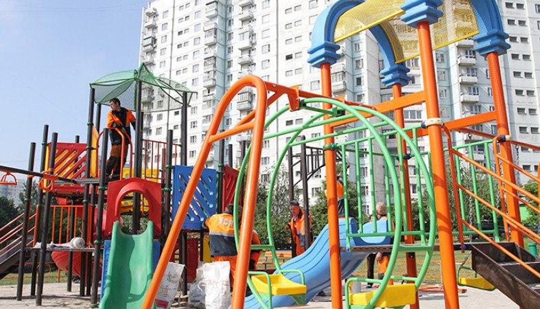 Во дворе Савеловского района отремонтировали качели
