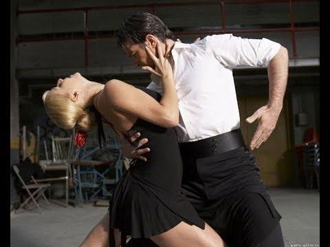 Красиво танцуют Класcнейшая девушка крутиться