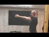 Kayla Green стреляет из пистолета