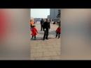 Дедушка танцует с внучками