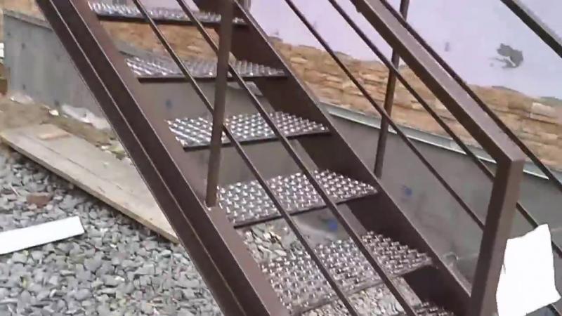 Лестница наружная уличная со ступенями покрытыми просечно вытяжным листом
