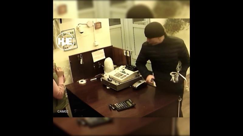 В Питере попал на камеры мужчина, который ограбил уже не одну торговую точку в городе