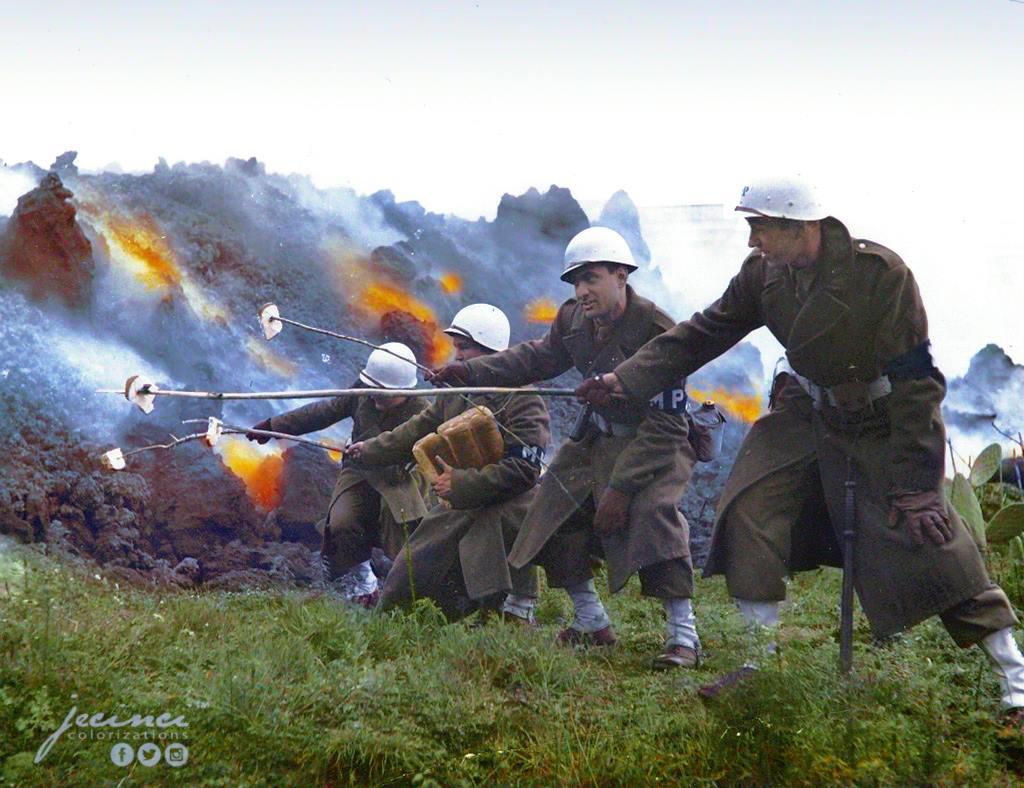Американская военная полиция жарит тосты на лаве Везувия. 18 марта 1944 год.