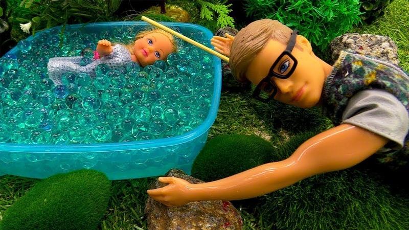 Barbie y Evi van al bosque. Barbie vídeos para niñas.