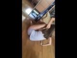 Девушка танцует дома в трусиках стрингах.