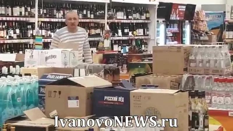 В Иванове мужик бьет бутылки с вином в магазине