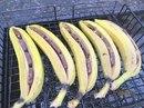 Банан с шоколадом. 1. Разрезать банан вдоль не повредив кожуру снизу, иначе шоколад вытечет. 2.