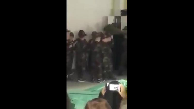 2018-04-12 DE, Herford: Kinder in Herford marschieren im Kampfanzug in einer DITIB Moschee