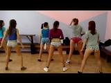 Школьницы 9 класс 15 лет танцуют тверк в трусах прямо в школе в актовом спортивном зале