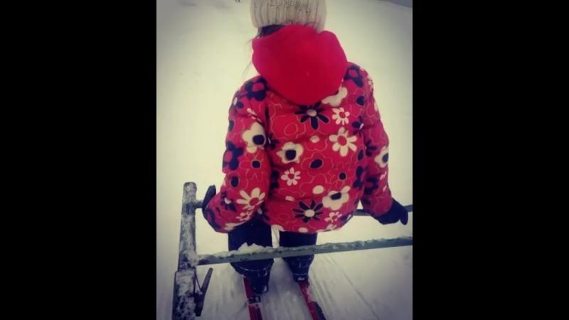 Адинка в первый раз встала на лыжи и сразу поехала😍😍😍🤗🤗🤗❤️❤️❤️⛷ моя умница красавица 😍❤️😘💋