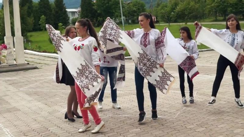 Флешмоб до Дня Вишиванки у Попелівському НВК І ІІІ ступенів 17 05 2018