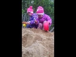 Варя и Вася в песочнице