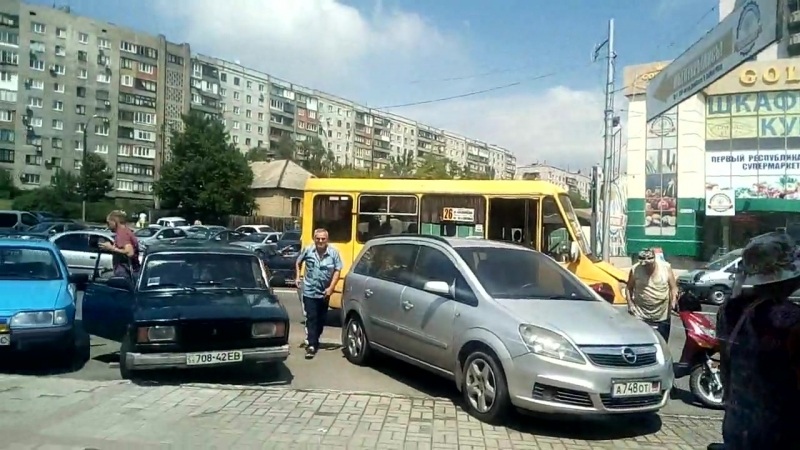Машины на Красном рынке в Макеевке заняли остановки