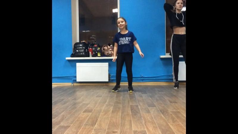Танцую одна очень прикольная хореография