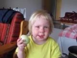 Девочка упорно ест лук,принимая его за яблоко.