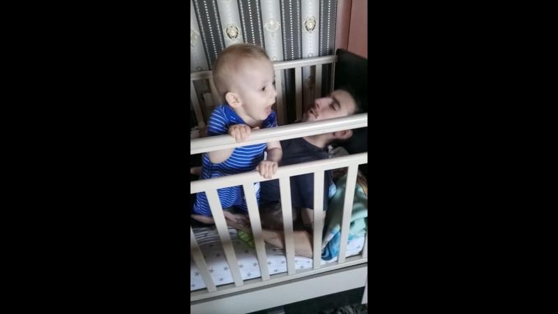 папа и сына в кроватке