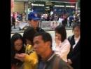 Китайцы фанатики за каким то смузи чаем за копейку очередь сорок метров ✊