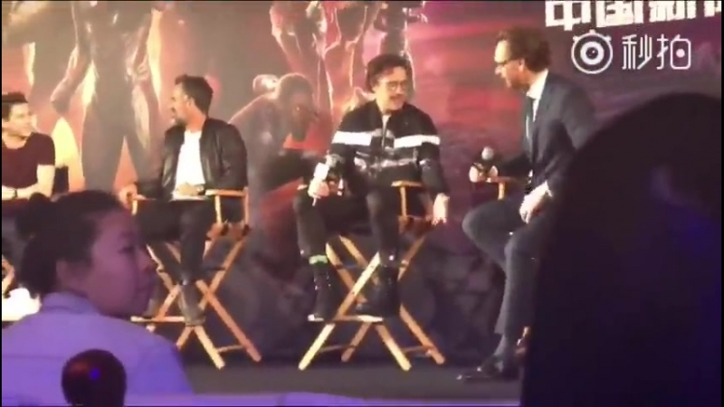 A smol man telling a tol man that the chairs are too high for him to put his foot down