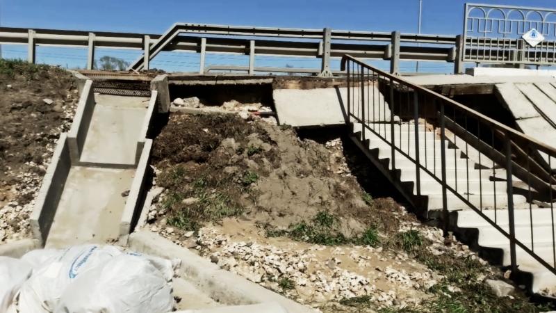 Мост через Рпень разрушается