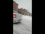 Сотрудник ГИБДД переносит старика через дорогу