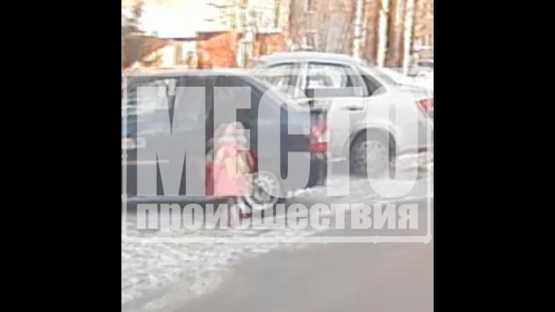 Маленькая девочка бежит в такси