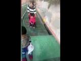 Реакция туристов на стеклянный мост