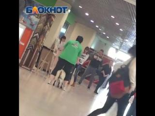 Скачущая по торговому центру козочка Маня попала на видео в Волгограде