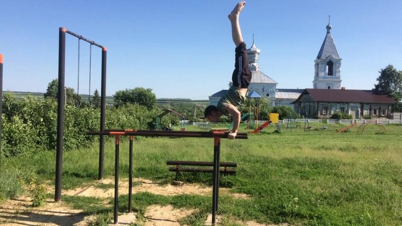 Трюки на спортивной площадке в микрорайоне н Слободка