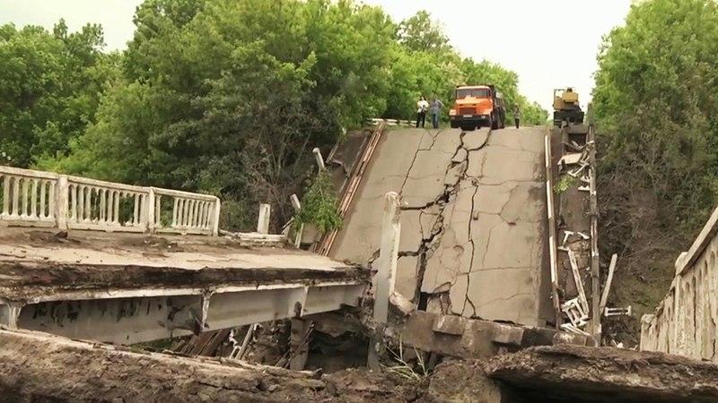 ВДонбассе украинские диверсанты подорвали автомобильный мост через железнодорожные пути. Новости. Первый канал