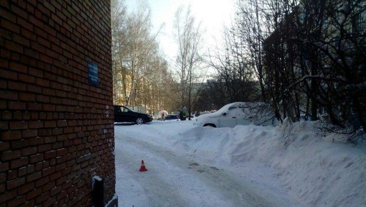 Водитель сбил девушку во дворе на Лазарева в Томске и скрылся