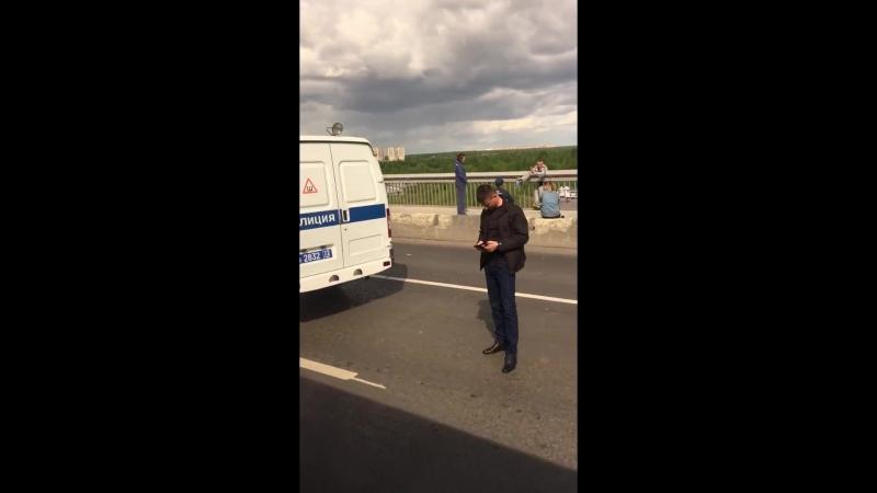 В Тюмени психологи отговаривают мужчину, угрожающего спрыгнуть с моста