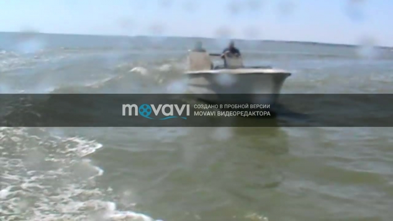 ФСБ ловит браконьеров на скоростном катере, вбивая в него [видео]