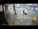 Вчерашнее ДТП с мотоциклистом на Северной и Базовской сняла камера наблюдения. Судя по кадрам, водитель автомобиля выехал на пер