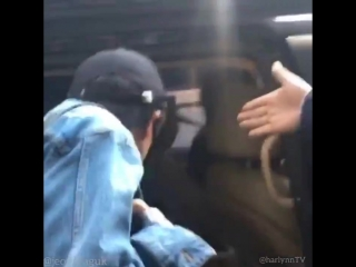 180425 KIX Airport fancam | Jungkook wants to be in the same car as Taehyung
