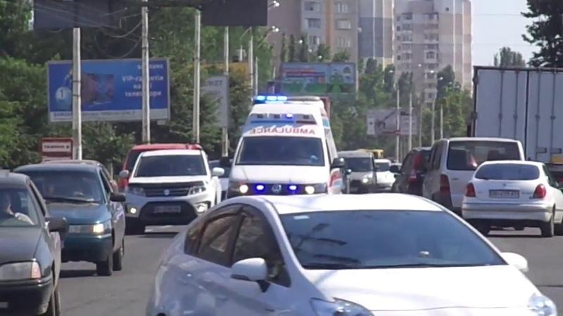 *VERY QUIET SIREN* VW T5 private ambulance responding through traffic