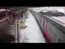 Снежная лавина с крыши платформы падает на поезд на МЦК