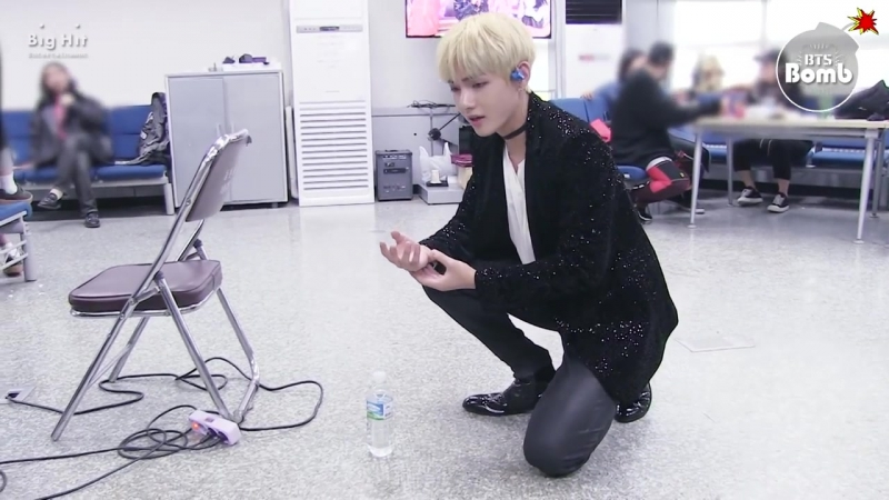 [BANGTAN BOMB] - BTS Ви играет с бутылкой, а потом приходит макна и всех нагибает