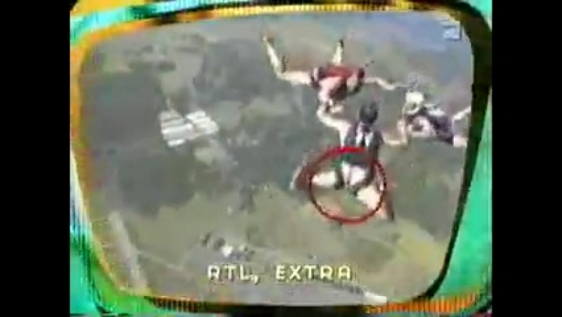 Прыжки голых с парашютом:))