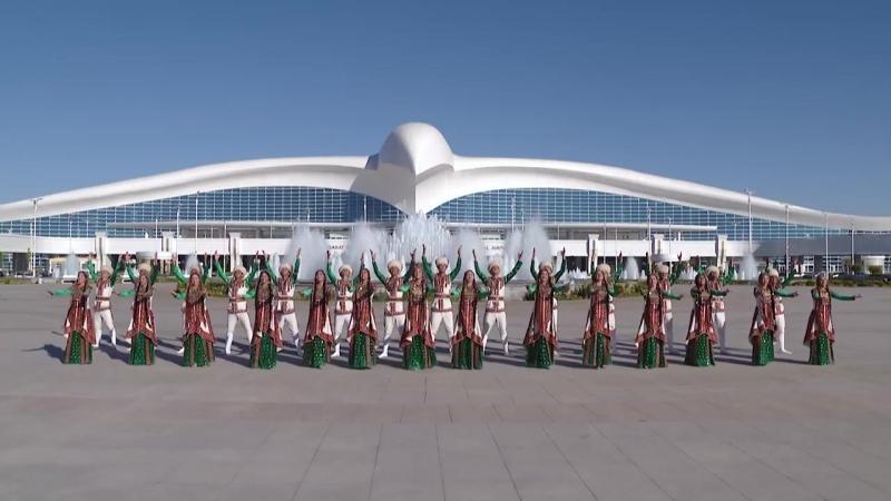 Туркменский национальный танец в Ашхабадском международном аэропорту
