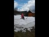 хорошо в деревне, хочешь на снегокате катайся, хочешь в лужах купайся