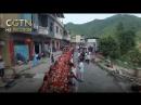 Представители народности буи на юго западе Китая накрывают длинные столы