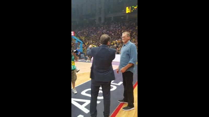 Meanwhile in Athens, Kurt Rambis get standing ovation from almost 20,000 Greeks. He won the cup for AEK in 1980-81, co-owner Mak