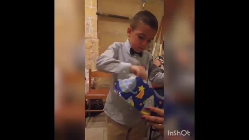 Родители вызвали гнев маленького фаната «Ювентуса», подарив ему на день рождения футболку «Интера»   Хочу такого сына