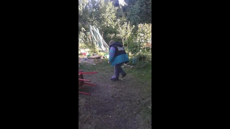 Антон пытается лопнуть шарик