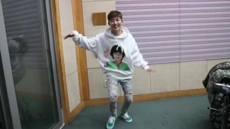 Ханбин танцует Twice - Heart Shaker