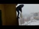 Экстремал прыгнул с раскрытым парашютом с балкона многоэтажки Приземлился он удачно