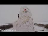 Парень решил прокатить снеговика на машине
