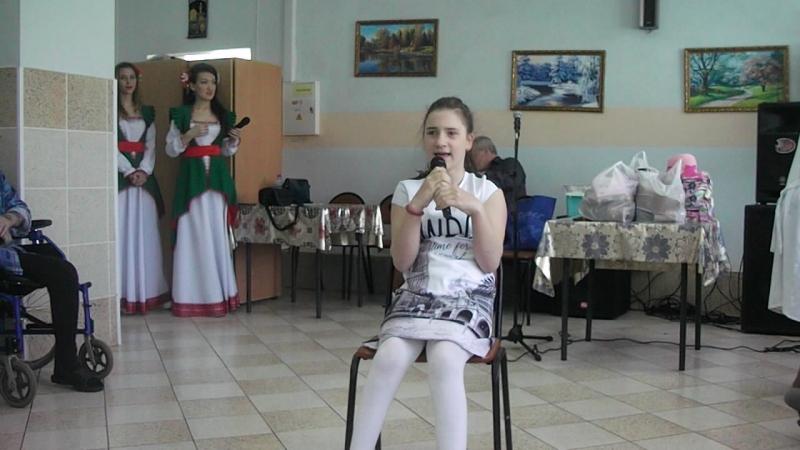 Алина выступает в доме престарелых Стих Мусы Джалиля